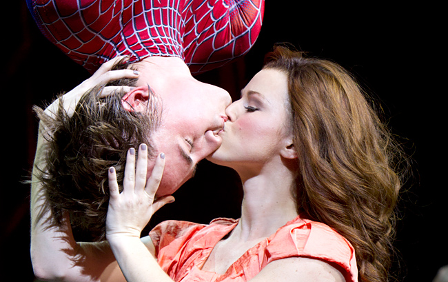 reeve-carney-spiderman-kiss_650_20130430